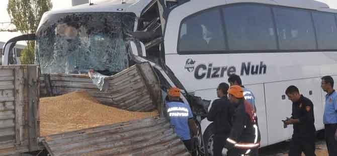 Ankara'da yolcu otobüsü TIR'a çarptı