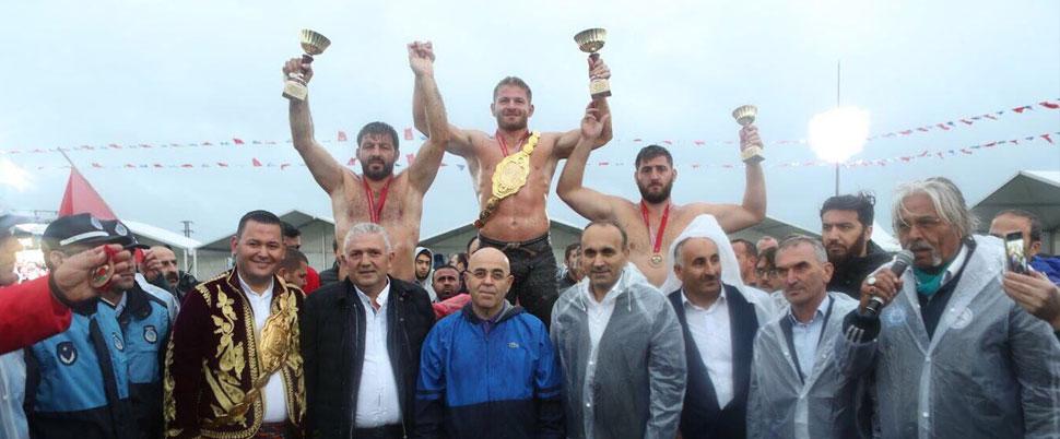 'Sarı Fırtına' lakaplı İsmail Balaban Arnavutköy Yağlı Güreş şampiyonu oldu