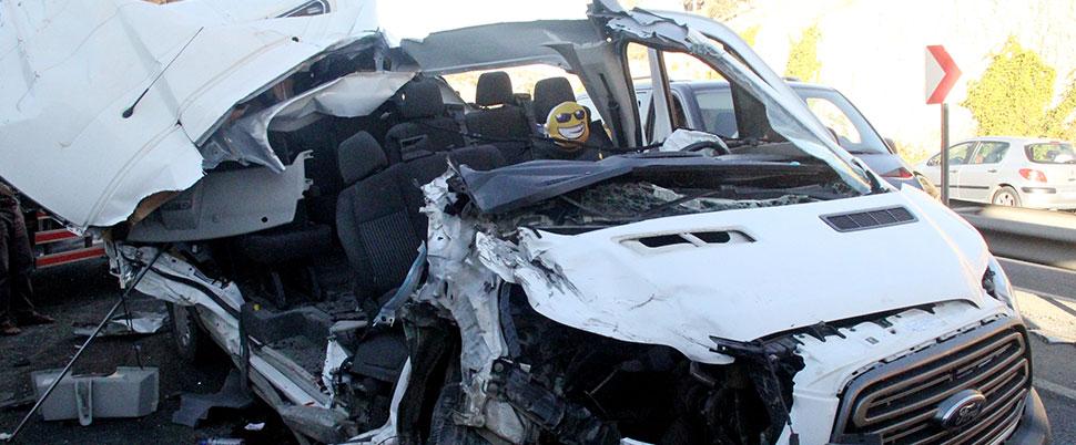 Servis, kamyona çarptı! Çok sayıda öğrenci yaralı