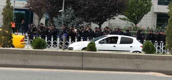 Ankara Büyükşehir Belediyesi'nde polis barikatı!
