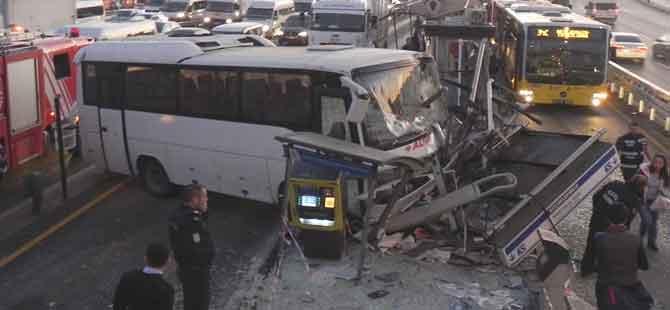 Servis minibüsü metrobüs durağına girdi!.. Yaralılar var!