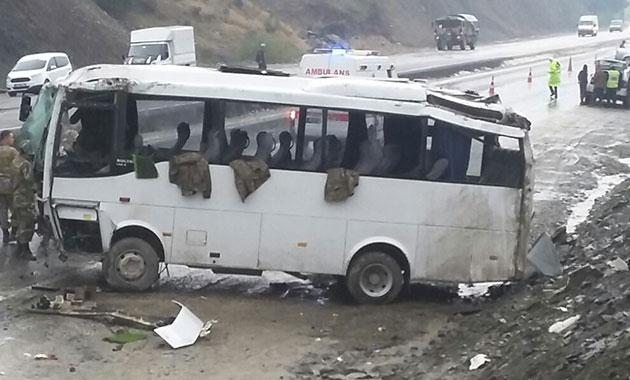 Askeri araç devrildi: 16 yaralı
