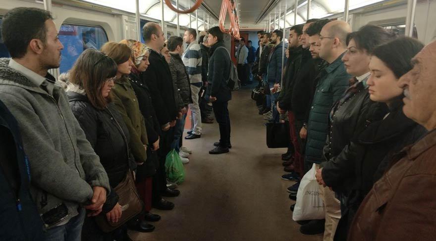 Metroda Ata'ya saygı duruşu