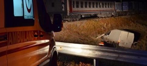Tren, minibüse çarptı: 2 ölü, 2 yaralı