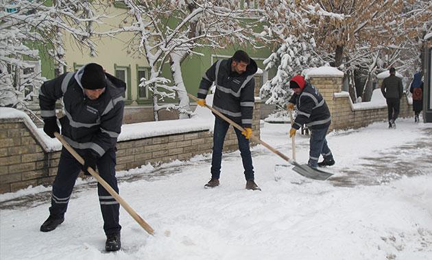 Doğu'da 618 köy yolu kardan kapalı