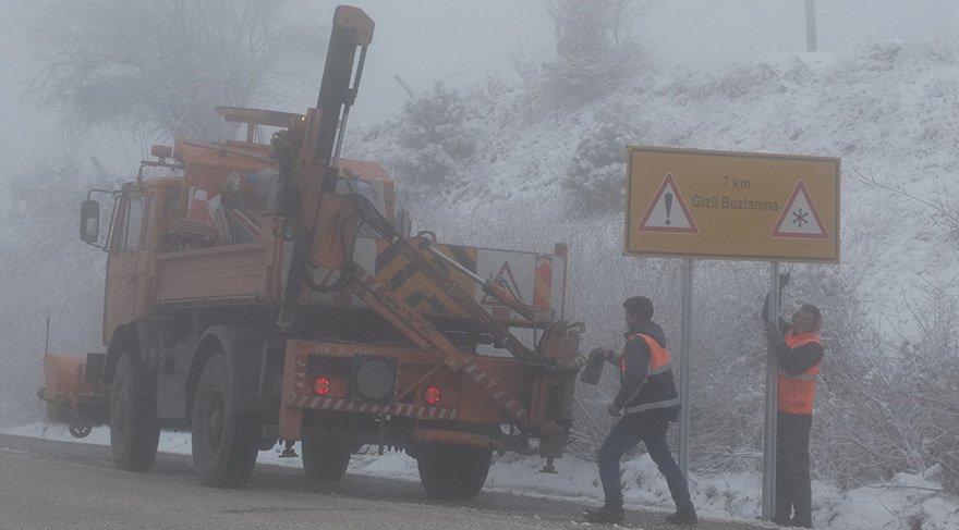 Domaniç'te kar yağışı ve yoğun sis ulaşımı etkiledi