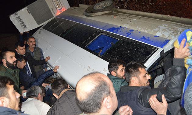 Hakkari'de yolcu minibüsü devrildi: 1 ölü, 4 yaralı
