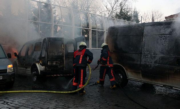 Beyoğlu'nda iki araç alev alev yandı