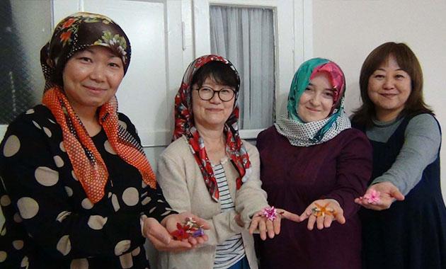 Japon kadınlar iğne oyası öğreniyor