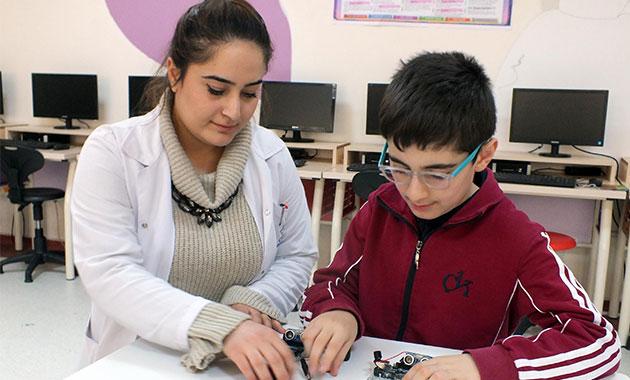 Öğrenciler, görme engelliler için 'engel algılama' cihazı yaptı