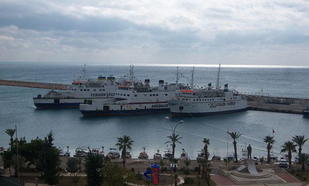 Fırtına uyarısı nedeniyle Taşucu-KKTC feribot ve gemi seferleri iptal edildi