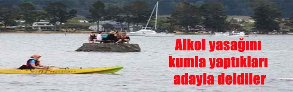 Alkol yasağını kumla yaptıkları adayla deldiler