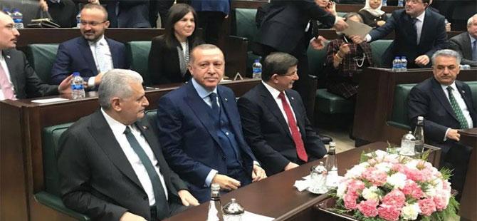 Davutoğlu geri döndü, Erdoğan'ın yanına oturdu