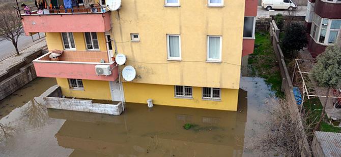 Boru patladı, ev ve iş yerleri kanalizasyon suyuyla doldu
