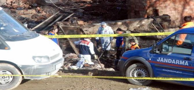 Kayıp 5 kişilik ailenin ceset parçaları, yanan evin enkazında bulundu
