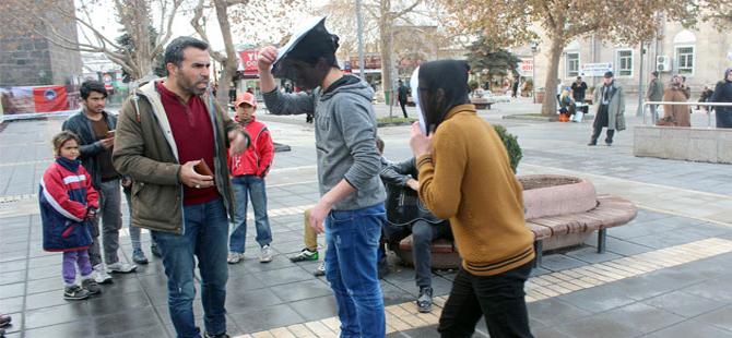 Polisten 'çığlık' maskeli gençlere müdahale