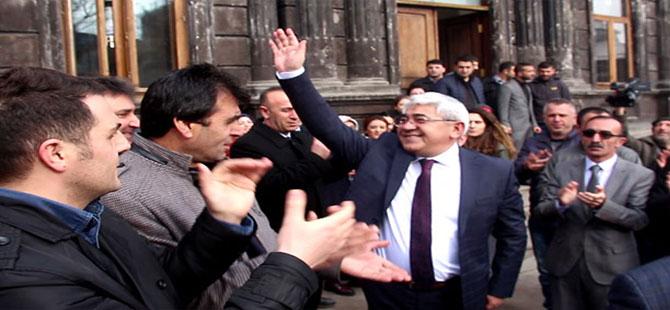 MHP'den istifa eden belediye başkanı alkışlarla karşılandı