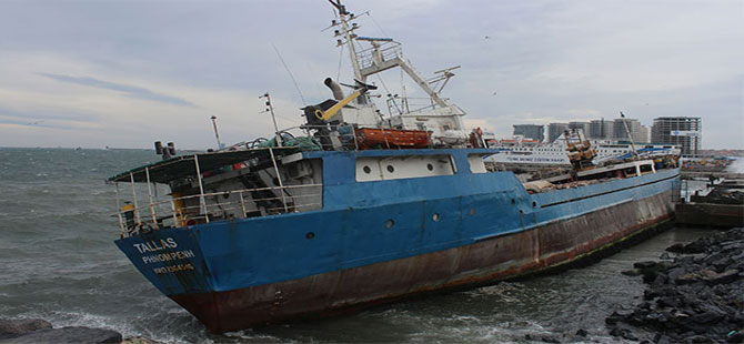 Zeytinburnu Sahili'nde yük gemisi karaya oturdu