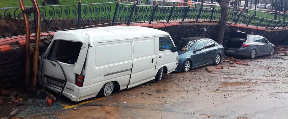 Yollar göle döndü, duvar araçların üzerine çöktü