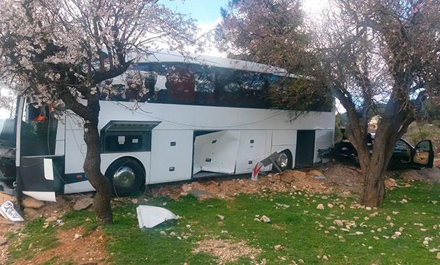 Kayak merkezinden dönen liselileri taşıyan otobüs kaza yaptı: 20 yaralı
