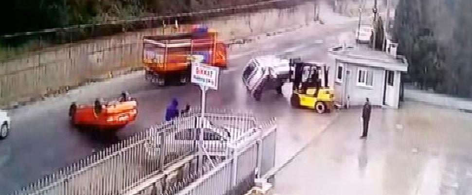 Patron çıldırdı… Araçları forkliftle yola böyle fırlattı