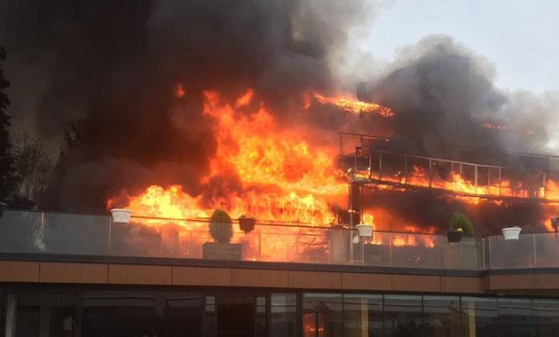 Pendik'te 2 katlı bina alev alev yandı