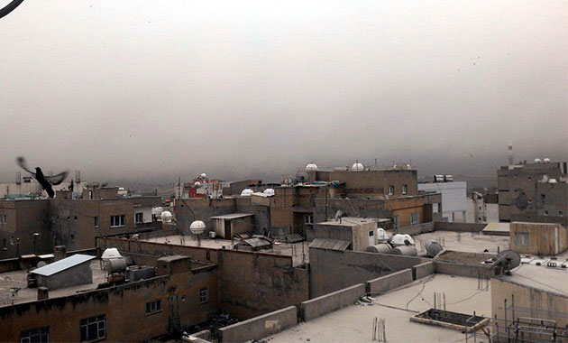 Suriye'den yakılan nevruz ateşinin dumanı Nusaybin'i kapladı
