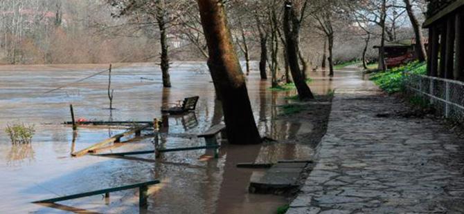 Bartın Irmağı yükseldi, yollar göle döndü