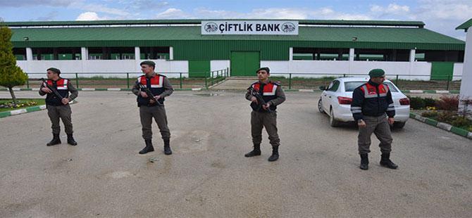 Çiftlik Bank önünde Özel Harekâtlı önlem