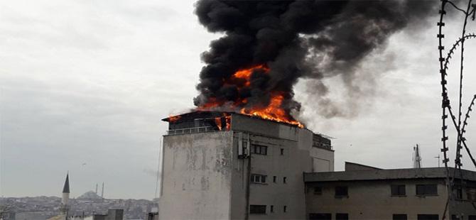 Karaköy'de 5 katlı binada yangın