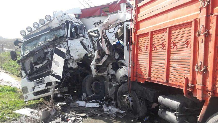 Arnavutköy'de TIR ile kamyon çarpıştı