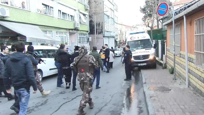 Fatih'te ateşe verdiği evde 2 kişiyi rehin alan kişi yaralı yakalandı