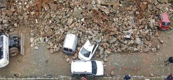 İstinat duvarı park halindeki otomobillerin üzerine çöktü