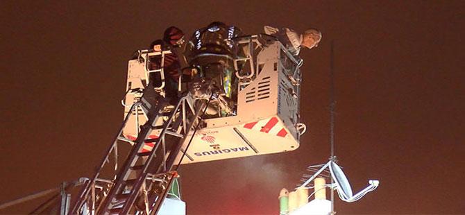 Fatih'te yangın; mahsur kalanlar itfaiye ekiplerince kurtarıldı