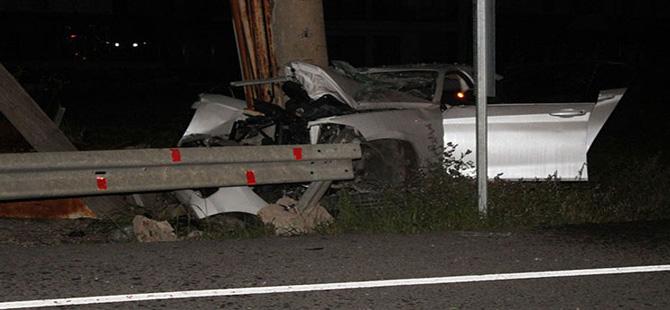 Elektrik direğine çarpan otomobildeki 3 genç can verdi