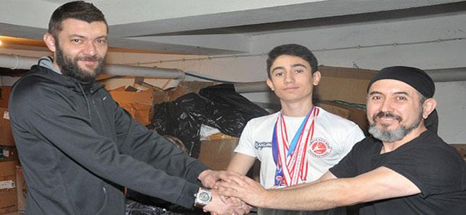 Oğlunu kick boks şampiyonalarına göndermek için kağıt toplayan baba sponsor buldu