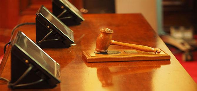 Ayağa kalkmadan konuşan avukat için karar: Duruşmalara alınmasın