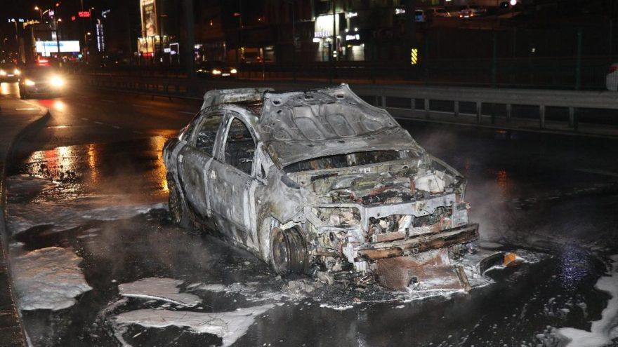 Bakırköy'de ticari taksi alev alev yandı