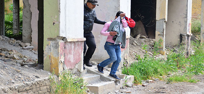 Polisten uyuşturucu kullananlara 'şok' baskın