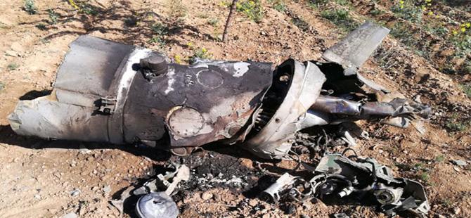 Savaş uçağının yakıt tankı boş araziye düştü