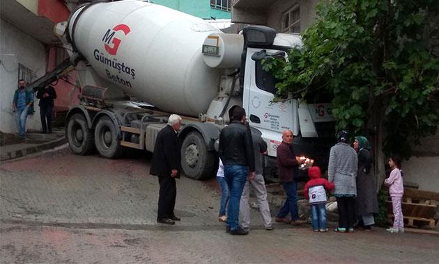 Kağıthane'de facianın eşiğinden dönüldü; Kayan beton mikseri eve girdi