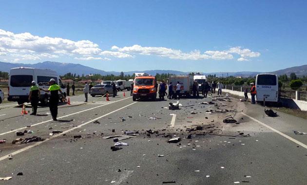 Halk otobüsü ile otomobil çarpıştı: 3 ölü, 15 yaralı