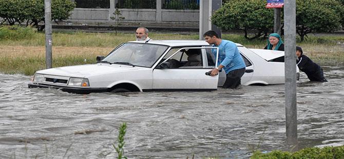 Ankara'yı yine sağanak vurdu, ev ve işyerlerini su bastı