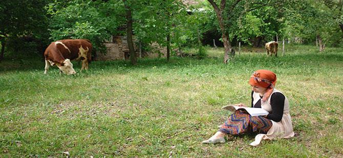 Merada hayvan otlatırken, üniversiteye hazırlanıyor
