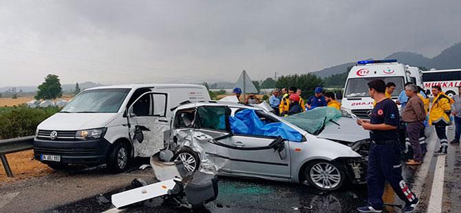 Otobüsle çarpışan otomobildeki anne- oğul öldü