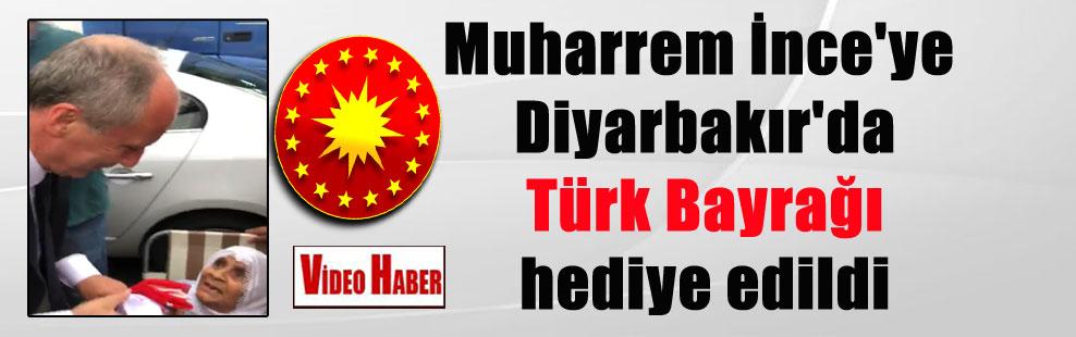 Muharrem İnce'ye Diyarbakır'da Türk Bayrağı hediye edildi