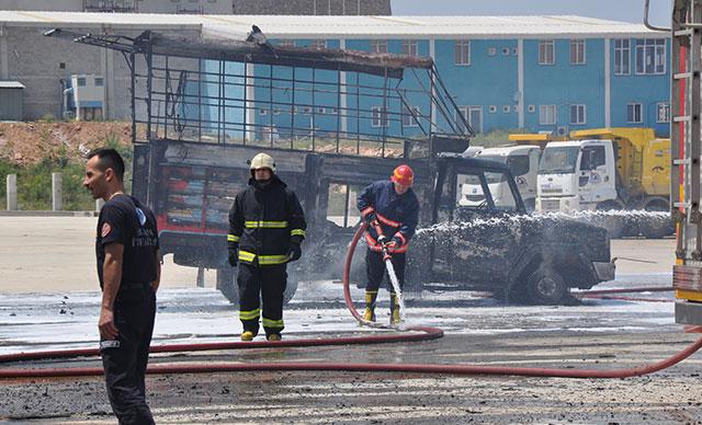 İşçilerin yatakhanesinde çıkan yangında 5 araç da hasar gördü