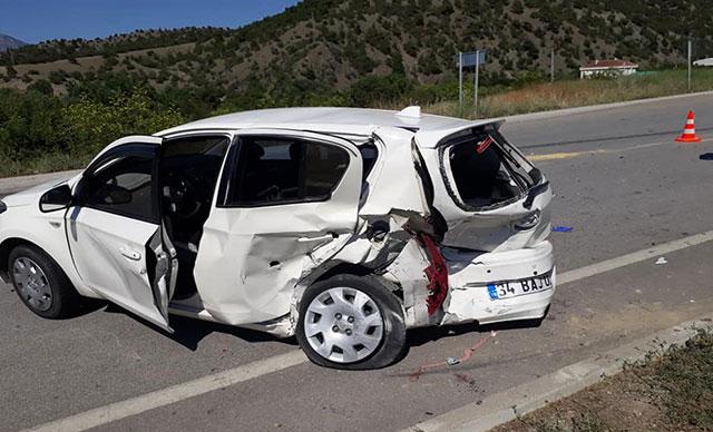 Çorum'da 2 otomobil kavşakta çarpıştı : 8 yaralı