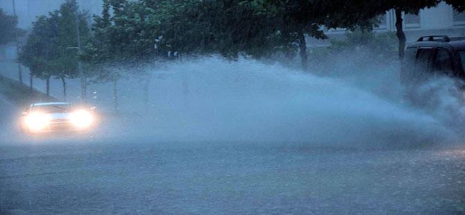 Çorlu'da yağmur caddeleri göle çevirdi