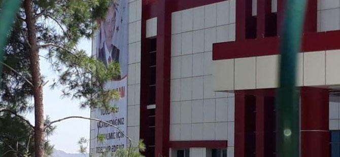 Ortaca Devlet Hastanesi'ne asılan Erdoğan afişine tepki